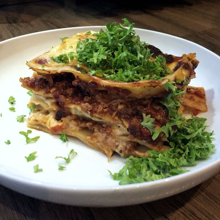 Classic beef lasagna. Layers of noddles, bolognese sauce, rich bechamel sauce & generous amount of grated mozarella.