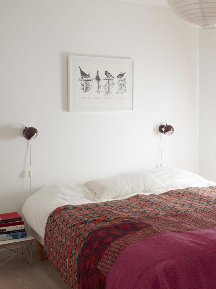 MORGENFUGLER: Illustrasjonen over sengen er av Sebastian Lester. Leselampene fra sent 70-tall er funnet på loppemarked. Nattbordet er et lite Eames-bord fra Vitra. Pleddet på sengen er fra India og er sydd sammen av resirkulerte stoffbiter.