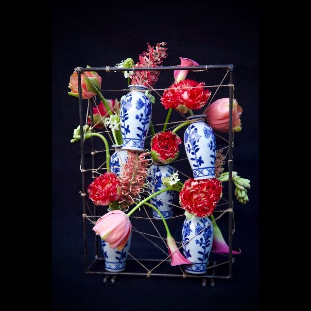 Deze delftsblauwe vaasjes 'hangen rond' met gave lentebloemen. #bloemstuk #floralarrangement #bloemen #flowers #delftblue #delftsblauw #tulpen #tulips #frame #flowerarrangement #lente #spring #vases #bloemschikken #bloemstyling #floralstyling