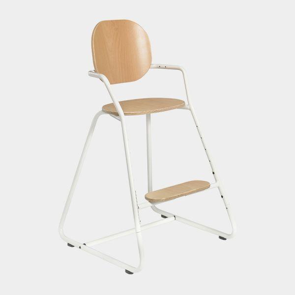 Chaise haute évolutive en métal et bois S'adapte aux enfants de 6 mois à 8 ans grâce à ses différentes positions d'assise et de repose-pied Pour les bébés de 6 mois à 18 mois, utiliser impérativement avec les coussins d'assise adaptés ainsi que le baby set ou la tablette, vendus séparément 4 patins de glissement dont 2 patins arrière anti-basculement pour une meilleure stabilité Ceinture harnais livrée avec la chaise Livrée non montée, à assembler à l'aide d'une clé Al...