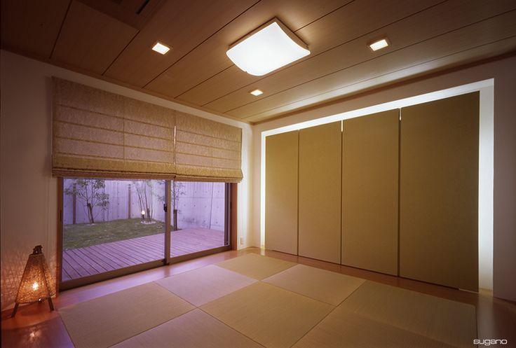 庭に面した客間。間接照明で収納扉が浮かび上がる。#和風住宅 #和室 #家づくり #住宅 #新築住宅 #新築 #客間 #琉球畳 #設計事務所 #菅野企画設計