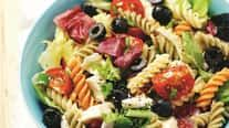 Recept pre začiatočníčky: Farebný cestovinový šalát s olivami