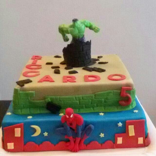 Torta a due piani di Hulk e Spiderman