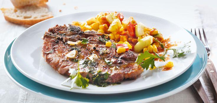 Nackenkoteletts vom Schwein und Maissalat mit Tomatendressing