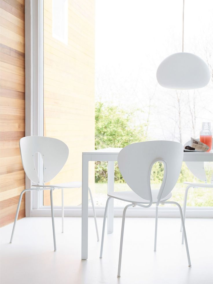 You don't need many ingredients to create your own style, but they need to add beauty. Here white STUA Globus chairs make a perfect dining area. GLOBUS: www.stua.com/eng/coleccion/globus.html USA: www.dwr.com/stua Image from Design Within Reach