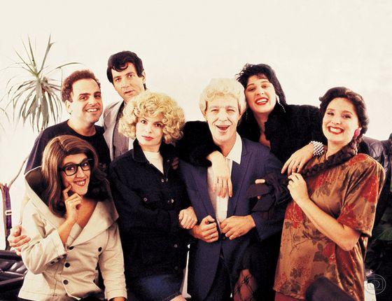 O elenco original do 'TV Pirata': Guilherme Karan, Luiz Fernando Guimarães, Regina Casé, Débora Bloch, Ney Latorraca, Claudia Raia e Louise Cardoso (Foto: Reprodução/ TV Globo)