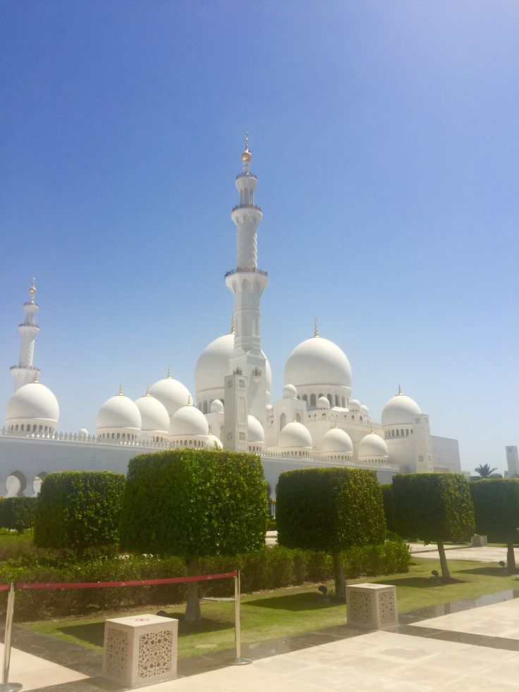 """The Sheikh Zayed Grand Mosque's design and construction """"unites the world"""", using artisans and materials from many countries including India, Italy, Germany, Morocco, Pakistan, Turkey, Malaysia, Iran, China, United Kingdom, New Zealand, Republic of Macedonia and United Arab Emirates. More than 3,000 workers and 38 renowned contracting companies took part in the construction of the mosque."""