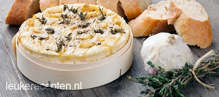 Lekker om uit te dippen; camembert met knoflook, honing en tijm uit de oven