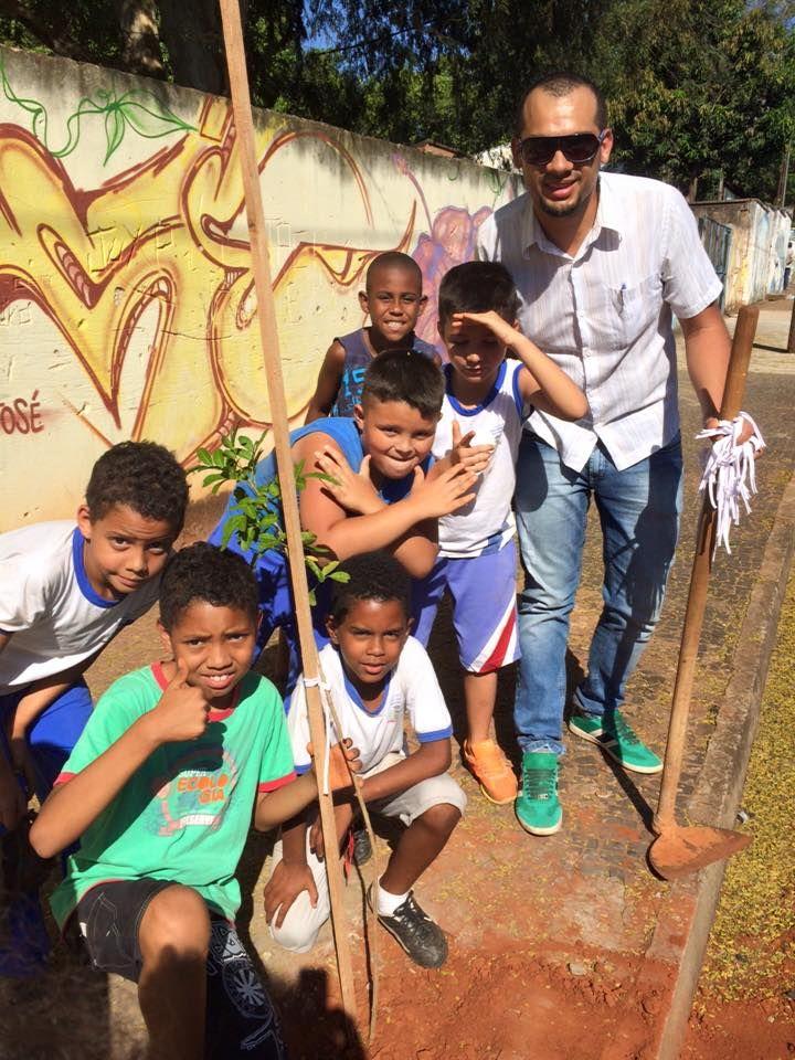 21/09/2015 - Plantio de árvores em escolas municipais. Alexandre Batista do Carmo e 600 mudas doadas: