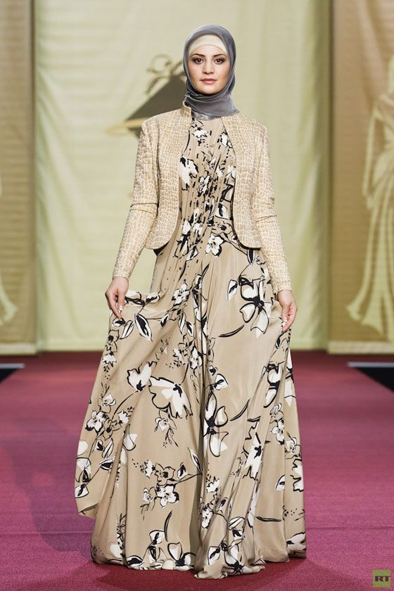 Printed abaya with plain hijab is elegant Muslim look that can allure their gorgeous styling. Long f