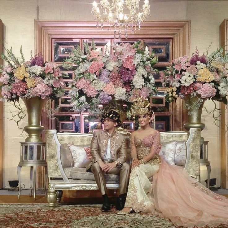 """Vibrant Mandailing Wedding ala @zivannaletisha & @argareza  happy wedding, may your love bloom brighter  . . . Venue : The Dharmawangsa Hotel WO : Amaya…"""