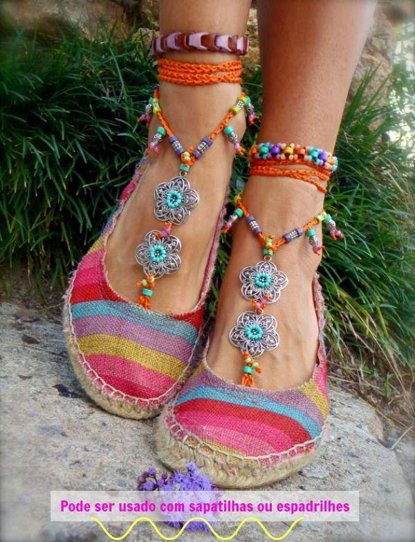 Os acessórios são para os pés descalços, mas nada impede de usar com uma alpargata, sapatilha ou outro calçado, sabia?