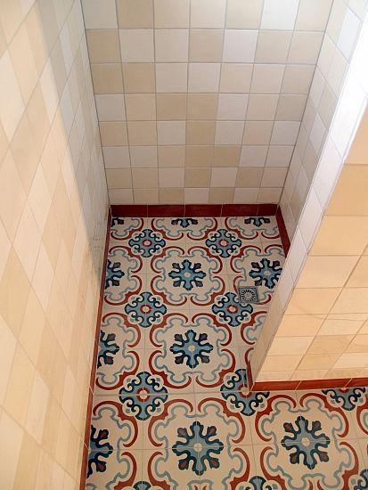 Portugese tegels in douche, mooi design, maar andere kleur