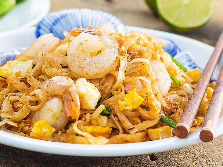 Nouilles de riz cuites à la manière stir-fry avec des oeufs, crevettes et tofu. Le Pad thaï est sans doute l'un des mets thaïlandais les mieux connus à l'extérieur de la Thaïlande. Le terme signifie «nouilles frites de style thaïlandais», mais en fait l'origine de ce plat est chinoise. Le goût caractéristique du Pad thaï lui vient de la pâte de tamarin, que l'on peut se procurer dans les épiceries asiatiques.