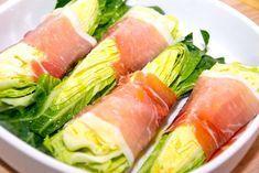 Spidskål opskrift: Se hvordan du nemt laver ovnbagt spidskål med skinke, hvor stykker af spidskål omvikles med parmaskinke og bages i ovnen.