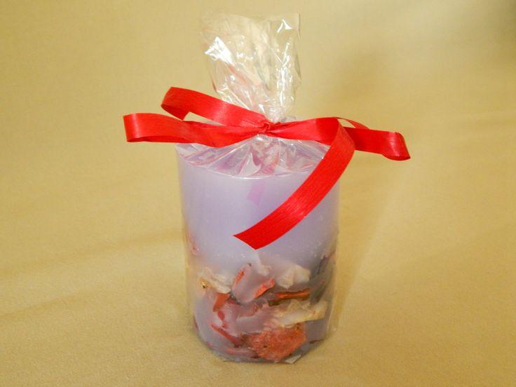 Μοβ χειροποίητο κερί με άρωμα βιολέτας. Purple handmade candle with violet aroma.