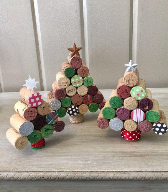 Un insieme di 3 alberi di Natale del sughero del vino