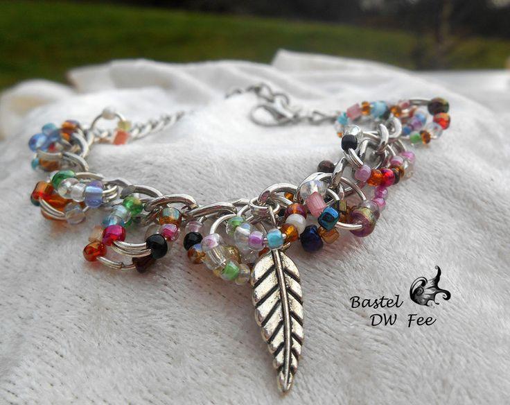 Kunterbunt Armband von Bastel-DW-Fee auf DaWanda.com Dieses Armband wurde in liebevoller Handarbeit hergestellt.  Verwendete Materialien :  -Gliederkette -Karabiner -Rocailles Perlen -Biegeringe