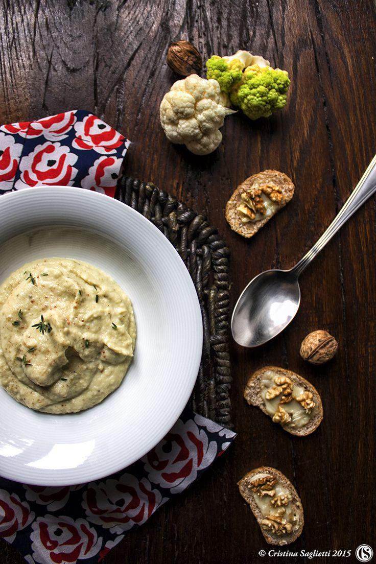 Crema di cavolfiore al profumo di timo fresco con crostini al formaggio blu e noci – Calde coccole invernali -