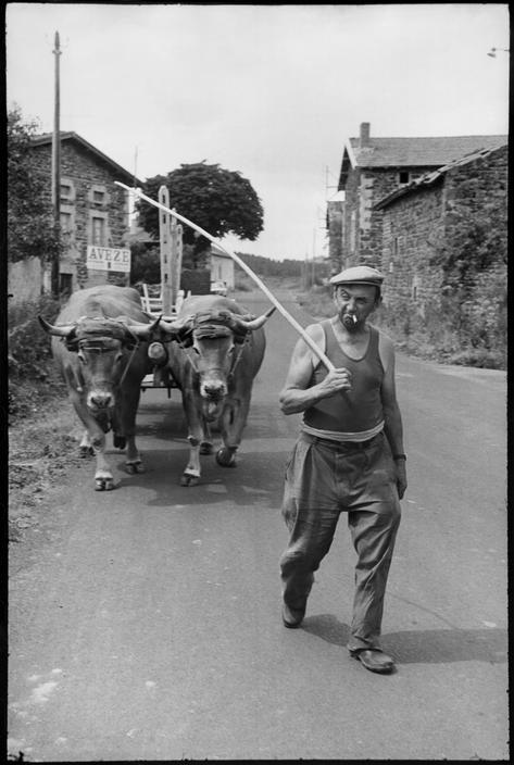 Henri Cartier-Bresson (Chanteloup-en-Brie, 22 agosto 1908 – L'Isle-sur-la-Sorgue, 3 agosto 2004): France, Auvergne, Haute Loire, Serres 1969