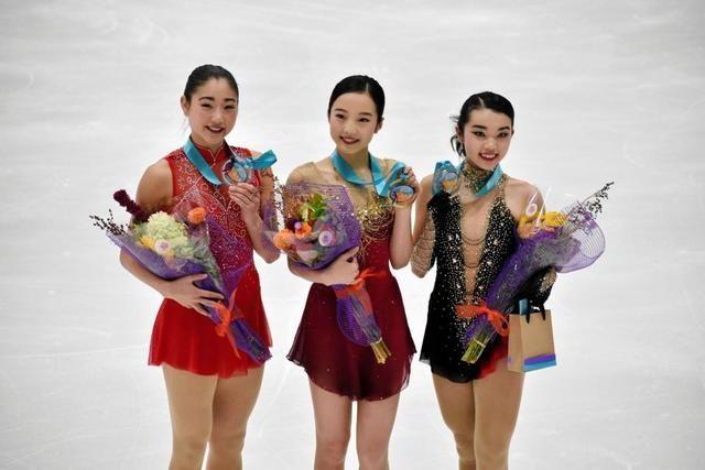 優勝し笑顔の本田真凜(中)。左は長洲未来、右がカレン・チェン