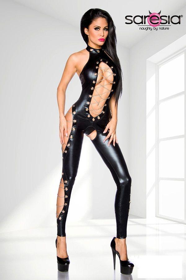 Sexy Tuta con catene Kim, realizzata in tessuto similpelle elastico, con effetto bagnato .  Straordinario artico di alta qualità firmato Saresia, creato per uno stile grintoso e sensualissimo !  Maliziose aperture valorizzate da intrecci di catenelle gioiello lungo tutto il corpo !  Perizoma in coordinato incluso.  Un capo che non può mancare alla tua collezione di lingerie sexy …  Bellissima !!!!!