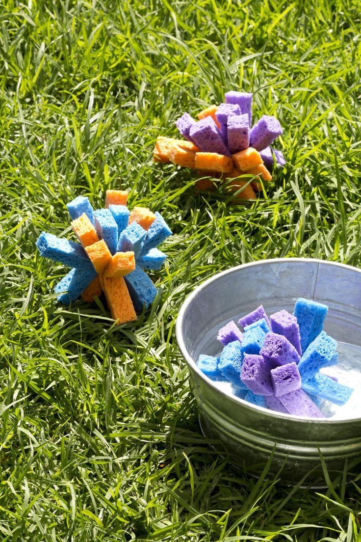 En esta temporada de calor, diviértete con tus hijos haciendo estas bombas de agua , son muy fáciles de hacer y muy económicas utiliza los colores que más te gusten.