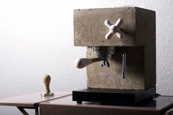Deze Anza espresso machine van Montaag is niet gemaakt van roestvrije staal, zoals alle andere apparaten. Maar dit unieke ontwerp is gemaakt van beton en porselein. De machine heeft een houten ondergrond en is voorzien van een wijzerplaat.