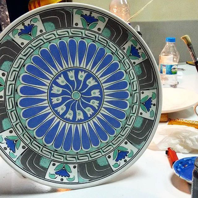 Gece Mesaisi ✌ #workinghands #workofthenight #ceramicart #mandala #mandalaart #ceramics #ceramicplate #handmade  #artcraft #brushwork #iznik #nicaea #ceramicstudio #çini #tile #iznikgölü #creative #design #graphic #underglaze #kiln