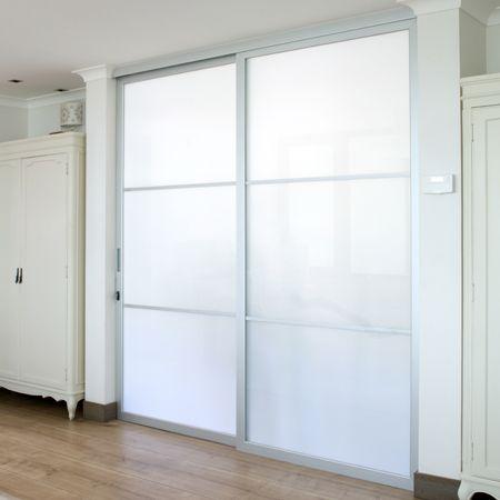 Perfil de aluminio anodizado color mate que, permite armar puertas con corte en 45°, para divisiones de ambientes con vidrios de espesor 6mm. Utilizar con el sistema corredizo DN 80 VD, en conjunto con el kit Complementos Agata.
