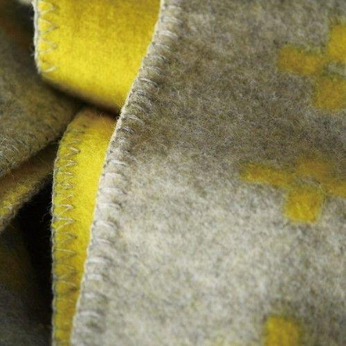 織りの産業で栄えていたダーラナ地方にあるリゾート地、シャーンスンド。ビルギッタがこの地へのオマージュとしてこの「シャーンスンド」を作りました。ハーフサイズは、2人掛けソファシートにぴったりのサイズ、1枚敷くだけで冬が幸せになります。 【送料無料】
