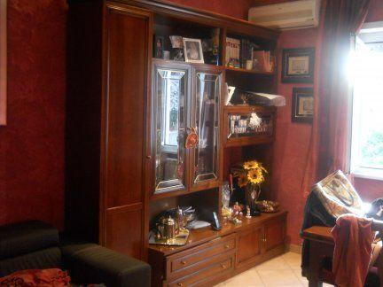 Credenza con vetrina angolare (270 cm) in stile classico color noce + tavolo (cm.100 chiuso cm.200 aperto)  con 4 sedie in ottime condizioni Prezzo €. 1.200,00