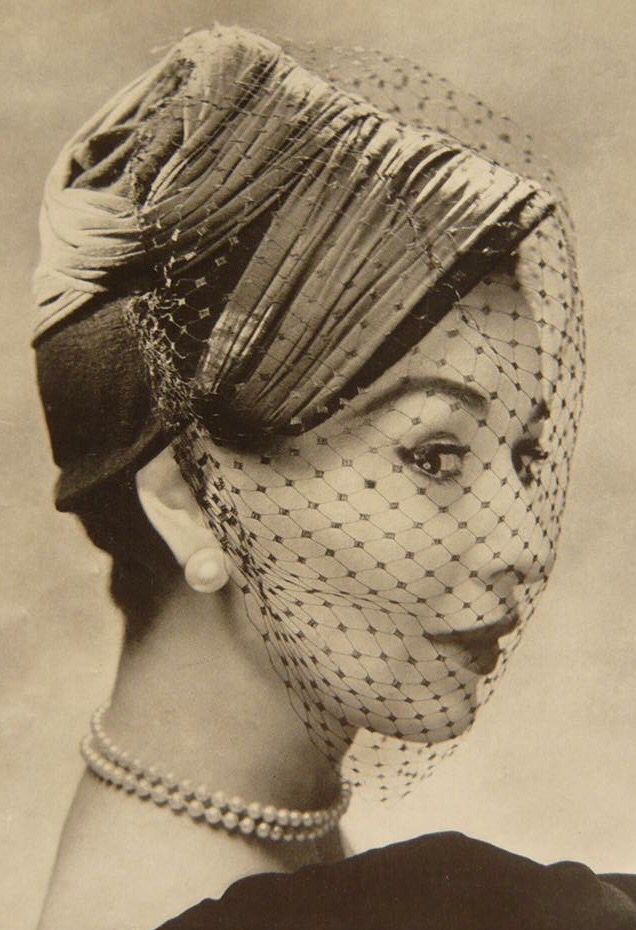 I kind of wish veils like this would be fashionable again.