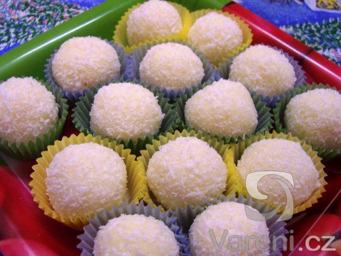 Rafaelo se slazeným mlékem, ale hlavně s kokosem a mandlí, jako první mizí z talířků s vánočním cukrovím.