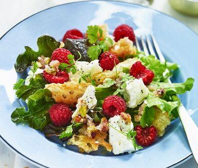 Söta hallon och amper getost är spännande  smakkompisar  i den här färgglada salladen. En fräsch och snygg förrättssallad perfekt som inledning till en bättre middag, varför inte med ett bärtema? Kolla in tipset!