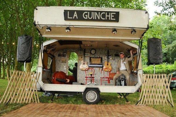 Pour votre mariage sur le thème de la guinguette, osez louer une caravane rétro pour faire la fête !