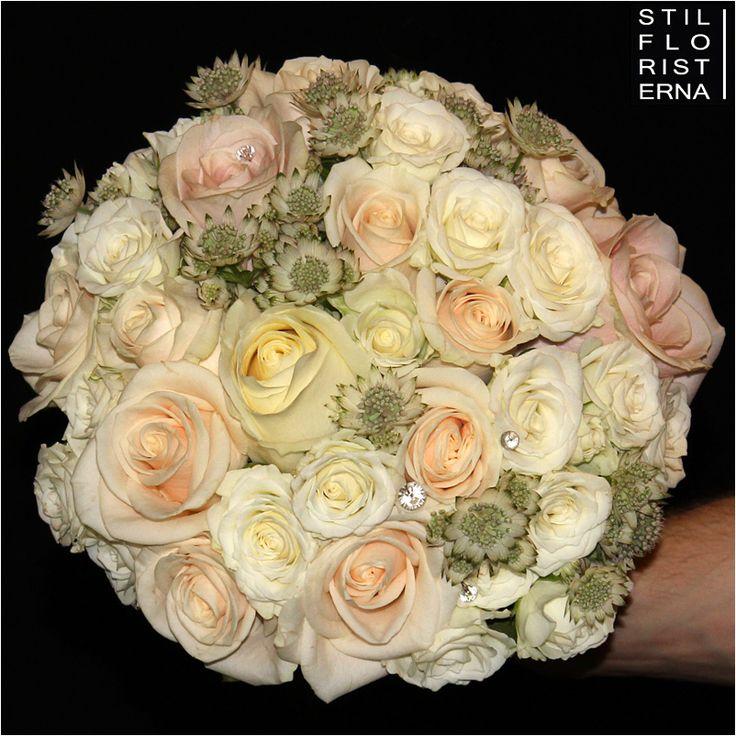Brudbukett med rosor i ljusrosa och crème toner. Riktigt romantisk och stilrent brudbukett :-)