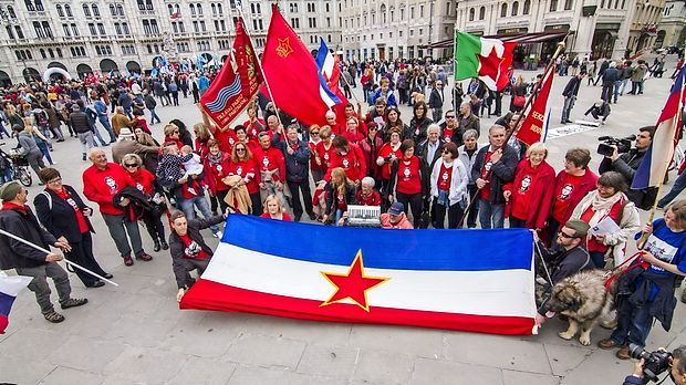 Tržaška desnica proti rdeči zvezdi za prvi maj - žalostno še vedno burijo stari grdi duhovi, ki ne spoštujejo človekove pravice. Zastave in simboli fašizma so sicer v Italiji prepovedani že z ustavo, medtem ko jugoslovanska zastava in simbol rdeče zvezde v Italiji nista prepovedana. Tako da bo resolucija tržaške desne sredine brezpredmetna