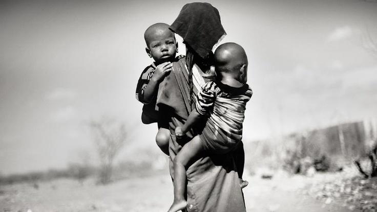 """""""Die Lage erscheint aussichtslos"""" heißt das Foto des dänischen Fotografen Jan Grarup. Die Folgen des Klimawandels und der ausbleibende Regen, immer länger anhaltende und dichter aufeinander folgende Dürreperioden, Krieg und zerstörte staatliche Strukturen sowie größte Armut und sprunghaft ansteigende Lebensmittelpreise führten zu einer Hungerkatastrophe, die viele Menschen schon das Leben gekostet hat. 320.000 Kinder kämpfen ums Überleben. Somalia ist das Epizentrum der Krise: Ein Viertel…"""
