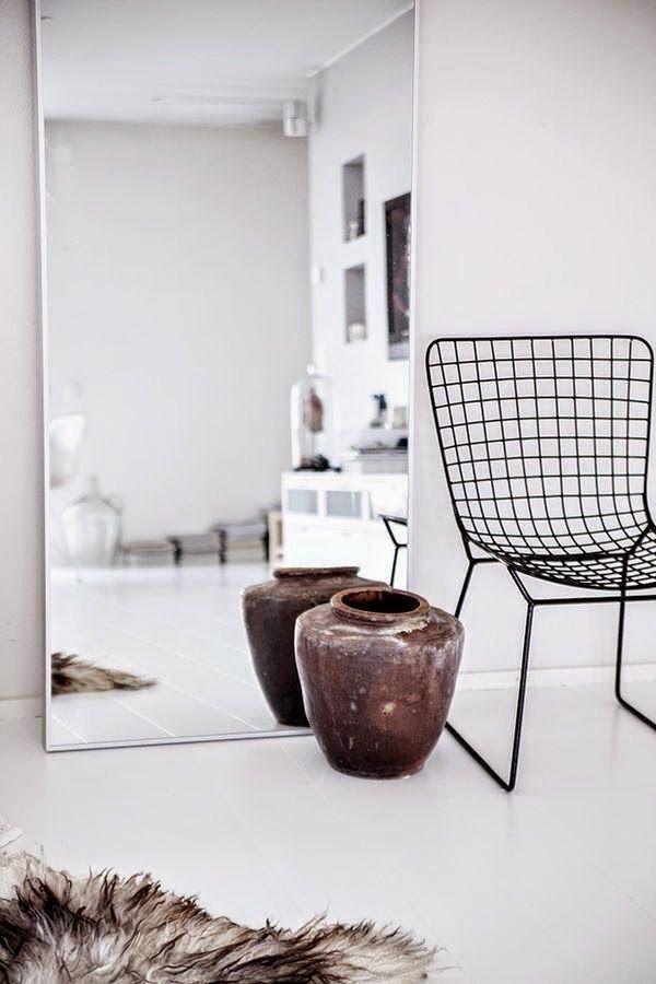 Een staande spiegel in je woonkamer                    Een staande spiegel in je woonkamer is ideaal als je klein behuisd bent. Het neemt w...