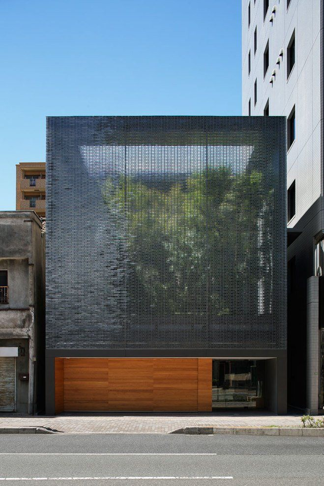 A transparent façade when seen from either the garden or the street. The façade appears like a waterfall flowing downward, scattering light and filling the air with freshness.