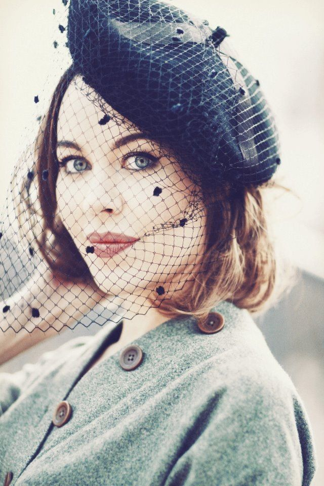 I love, love, LOVE this veiled beret ! Perfect DIY trick for adding vintage glamour !Streetstyle