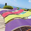 En aluminium effet satiné et Texaline, ce bain de soleil se plie pour un rangement plus facile. Existe en coloris framboise, vert et violet. L 152 x 55 x 83 cm. 75 €. Transat pliant Moa Tutti Fruiti. Hespéride.