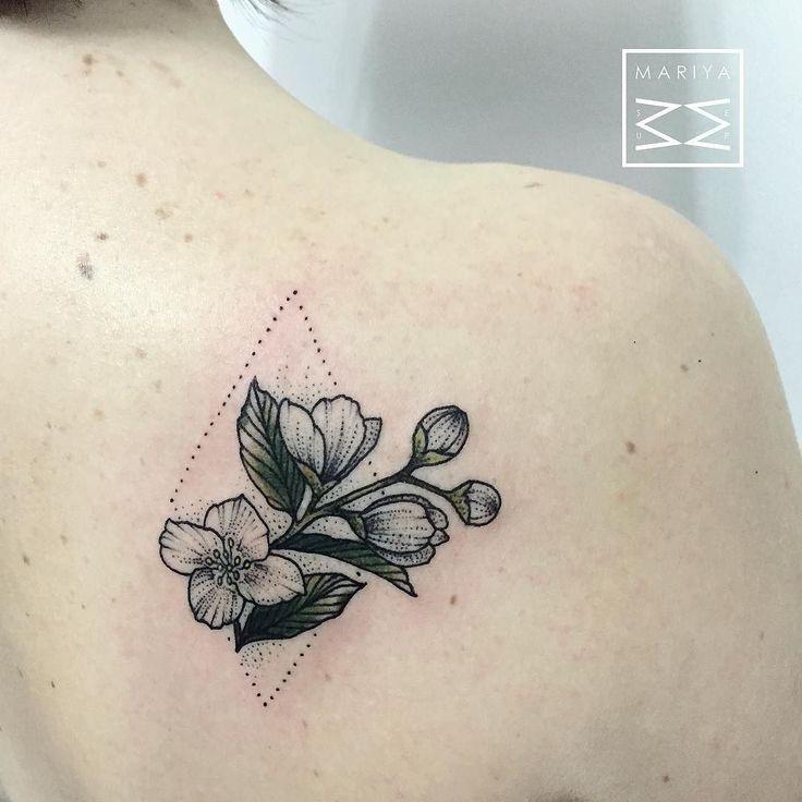 Татуировка с цветком жасмина