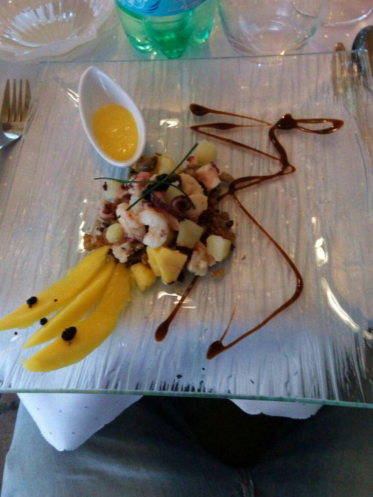 Insalata di polpo patate gamberetti e mango con finto caviale di balsamico