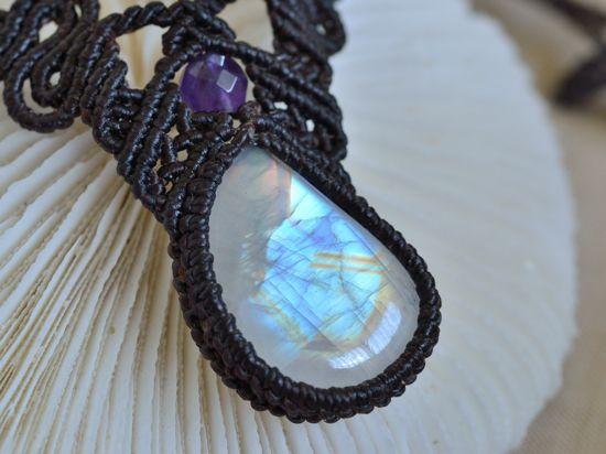 レインボームーンストーンマクラメネックレス・チョーカーb - 旅する天然石とマクラメアクセサリーのお店 Macrame Jewelry MANO