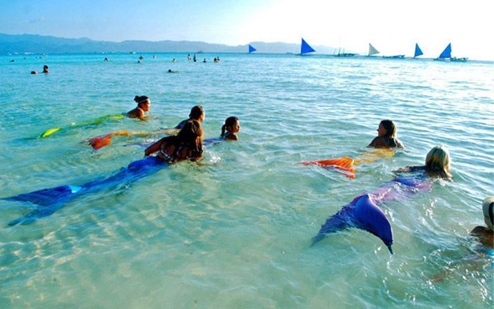 Mermaid swim classes in the Philippines. Oh that would be so much fun!!! And look at the water so clear and blue.