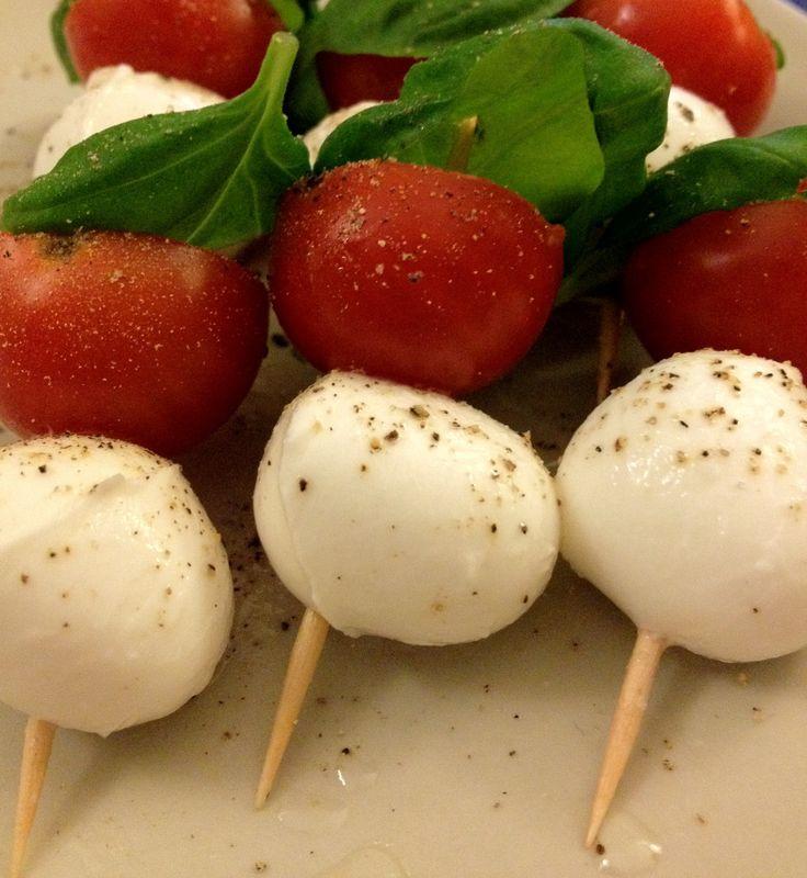 Een heerlijk eenvoudige te bereiden salade Caprese in snackvorm, ook wel insalata caprese genoemd. Lekker als gezond tussendoortje of hapje.