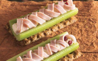 Antipasti di mummie per Halloween - Stupisci tutti con questi antipasti originali a base di sedano e formaggio, da offrire ai vostri ospiti per la festa di Halloween. Sono velocissimi da preparare, gustosi e soprattutto simpaticissimi.