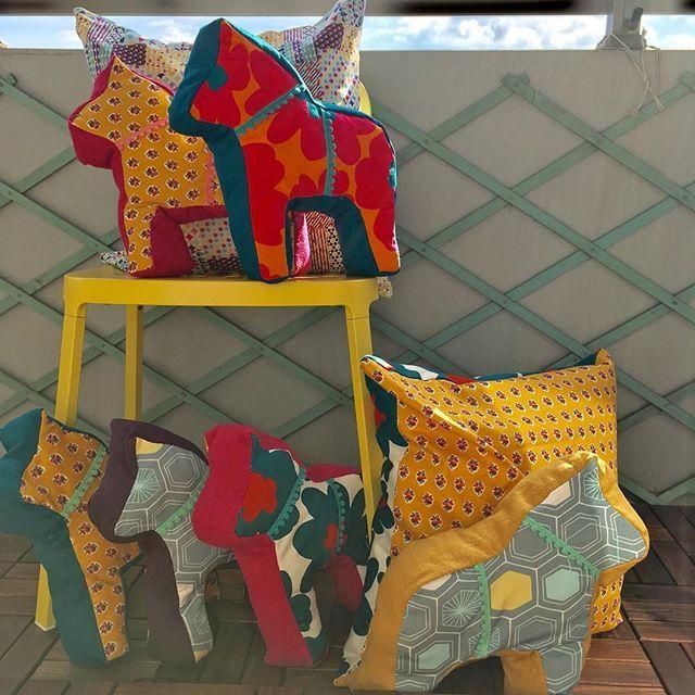 やっと完成しましたぁ。 北欧の幸せを運ぶ馬、ダーラナホースのクッションと、同じ生地でできた50㎝角クッションカバー(50㎝の方は中のクッションは含みません。)生地もリバーシブルで楽しめます。  今週末は暖かくなりそう(^。^)まだまだ準備はつづきます。ぜひ、IKEA新宮店でお会いしましょう╰(*´︶`*)╯♡ #ダーラナホース#lKEA新宮店#サスティナマーケット#1月28日 #北欧インテリア #ハンドメイド #handmade #oeuf